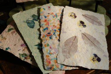 Как сделать бумагу из макулатуры?